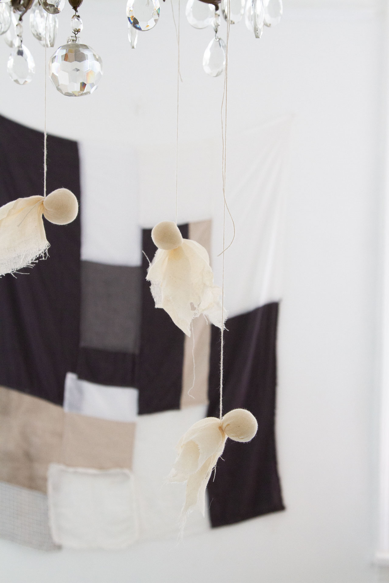 cheesecloth ghosts   simple halloween decorations   reading my tea leaves